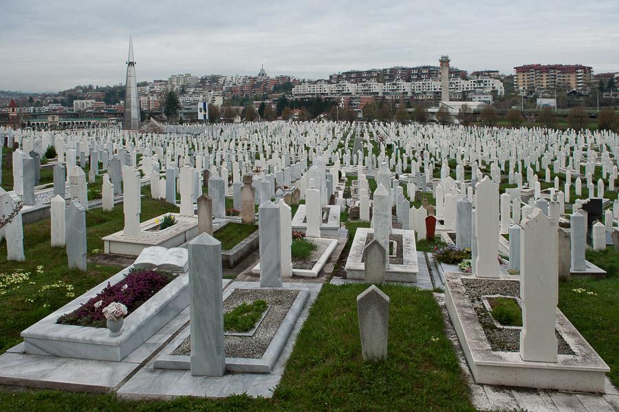 Il cimitero - un tempo campo di calcio - in cui sono seppellite tutte le vittime. In quegli anni i cadaveri rimanevano spesso lungo le vie a cielo aperto per giorni.