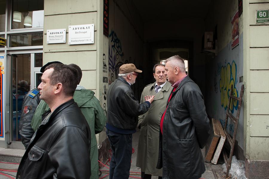 Il papà di una delle vittime discute con il regista Haris Pasov.