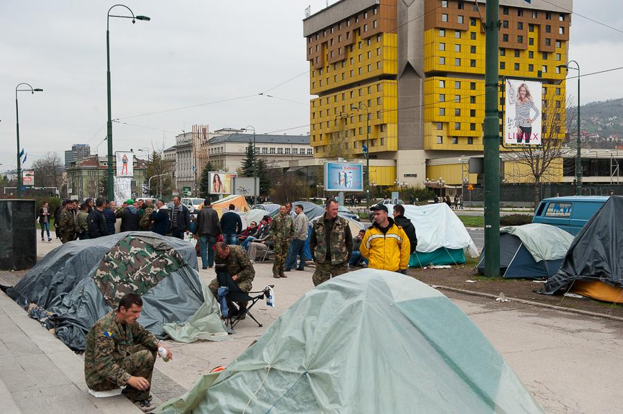 I soldati di tutte e tre le etnie infine riuniti in manifestazione contro il governo che li ha abbandonati. Sullo sfondo l'hotel dove alloggiavano i giornalisti di tutto il mondo che non è stato mai bombardato.
